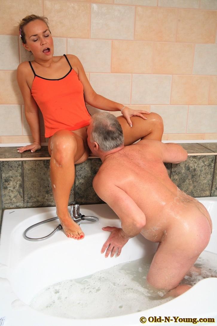 этой смотреть порно старик и молодая сиделка в ванной группу