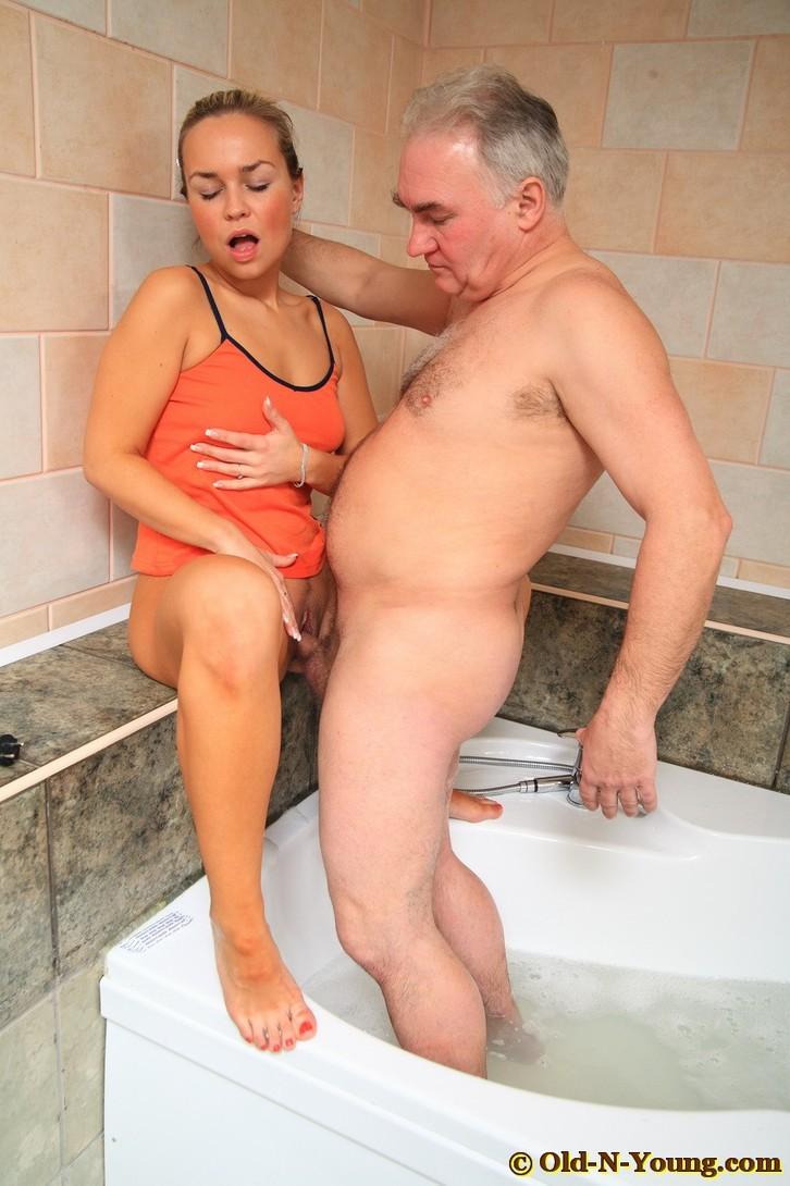 Домашние секс с стариками в ванне фото