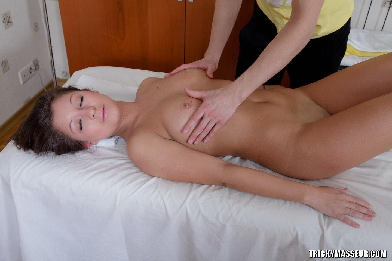 Молодая скромница на массаже
